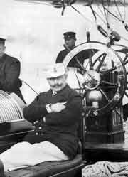 """Kaiser Wilhelm II. an Bord seiner Jacht """"Meteor"""". Der Hohenzoller war ein begeisterter Segler - aber aus heutiger Sicht überhaupt kein seemännisches Vorbild. Denn er trug lieber Paradeuniform statt Rettungsweste."""