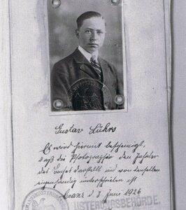 """Fein säuberlich in Sütterlin-Schrift bestätigte der Beamte Piel im Musterungsbuch, daß die """"Photographie den Inhaber"""" darstellt - Gustav Lühr"""