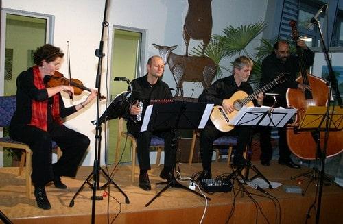 Gisela Schmees (Violine, v. l.), Jakob Neubauer (Bandoneon), Michael Schröder (Gitarre) und Vinicio Ascone (Kontrabass) begeisterten die Gäste.