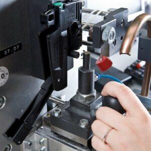 Aus einer Vielzahl von Komponenten werden Rettungswesten-Automatiken zusammengebaut. Hier wird die manuelle sowie die automatische Auslösung zu 100% kontrolliert.