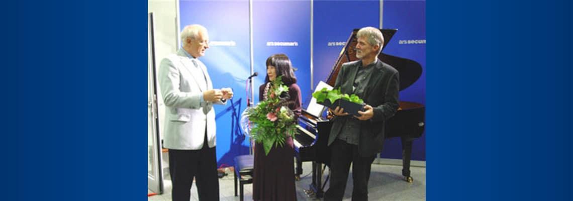 Secumar-Chef Jan-Ulrich Bernhardt (links) war von Pianistin Makiko Nishikaze und Wedels Musikschul-Leiter Michael Schröder begeistert.