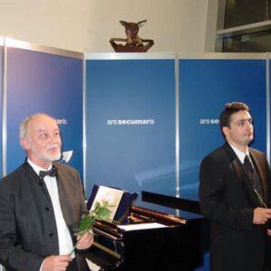 Pianist Gerhard Folkerts (li.) aus Wedel und der rumänische Sänger Mircea Cretulescu bedanken sich bei einem begeisterten Publikum.