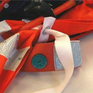 Abb. 2: Auch bei dieser SURVIVAL 275 (Baujahr 2003) wurden die weißen Schwimmkörper-Haltebänder fälschlicherweise festgezogen. Sie dürfen keinesfalls als Packhilfen missbraucht werden.