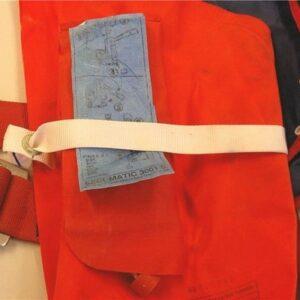 Abb. 5 zeigt ein Schwimmkörper-Halteband, welches fälschlicherweise über der Auslösevorrichtung verläuft. Dies kann zu Funktionsbeeinträchtigungen oder gar Beschädigungen der Rettungsweste führen.