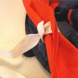 Abb. 3: Die weißen Schwimmkörper-Haltebänder dürfen keinesfalls als Packhilfen missbraucht werden, um wie in diesem Beispiel damit den Schwimmkörper zusammenzuschnüren.