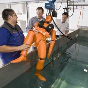"""""""Scotty"""" wird die orangefarbene Test-Puppe liebevoll vom SECUMAR-Team genannt."""