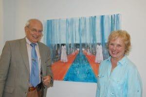 SECUMAR-Chef Jan-Ulrich Bernhardt (links) hat Künstlerin Renate Möller und ihre Bilder in seinen Räumen zu Gast.