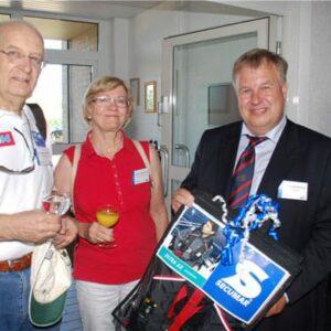 DLRG-Ausbilder Jonny Stockhusen (rechts) strahlte, als das Ehepaar Bernhardt zum Gratulieren mit praktischen Präsenten erschien.