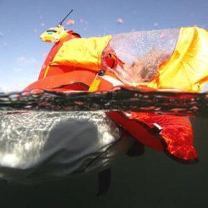 Nicht jeder Seenotsender passt in jede Rettungsweste